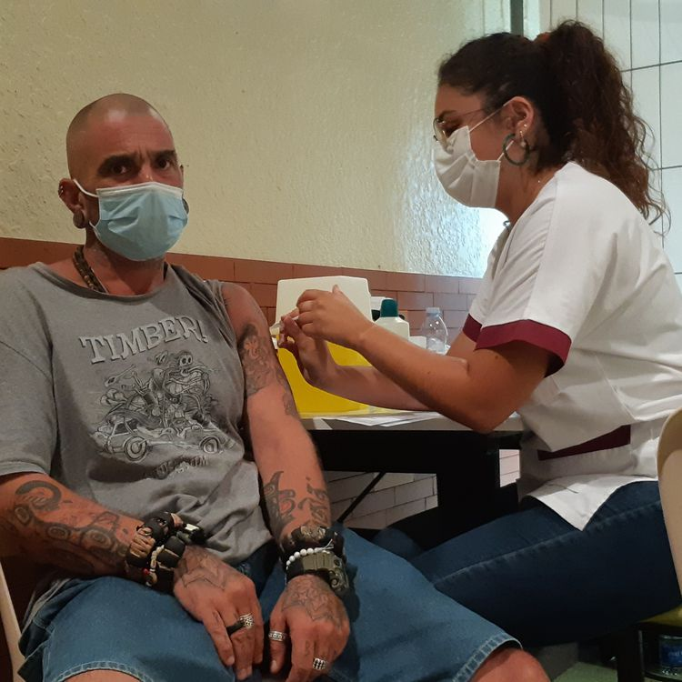 A man receives his first injection of the Covid-19 vaccine on July 28, 2021, in Saint-Paul-lès-Dax (Landes). (YANN THOMPSON / FRANCEINFO)