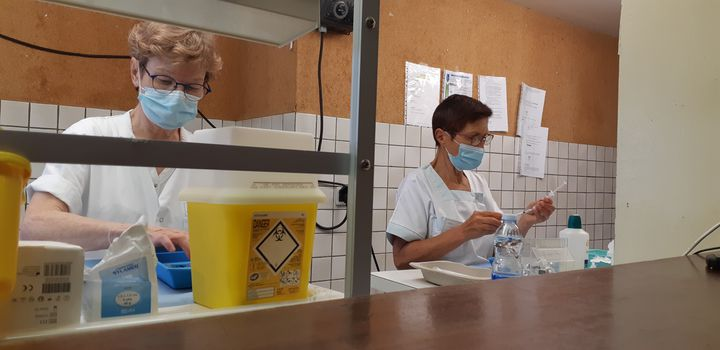 Two nurses prepare doses of Pfizer / BioNTech vaccine on July 28, 2021, at the Saint-Paul-lès-Dax vaccination center. (YANN THOMPSON / FRANCEINFO)